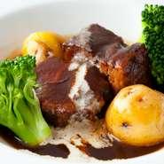 お肉にあった重めの赤ワインと牛バラ肉をじっくり長時間、旨みが出るまで煮詰めて仕上げた一品。お箸で食べれるほどに軟らかになったお肉に、旨みと酸味のバランスがとれたオリジナルソースがからみ絶妙な味わいに。