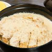 祖父の代から引き継がれている昭和の味『豚カツ丼』は、秘伝の丼だしが決め手 国産豚と地元の卵を使用
