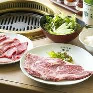 (リブロース・カルビ・ロース・カブリ・サラダ・キムチ・ライス・スープ) 4種のお肉を堪能できる、リーズナブルなセットです。お肉の質にこだわり、素材を厳選しています。