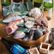 市場から毎日仕入れ!新鮮な魚を使ったお得なコースには、新鮮なお刺身盛り合わせから始まり、魚の旨みをたっぷり閉じ込めて揚げた絶品の海鮮かき揚げ、そして一番のこだわりは魚バカ渾身の特大煮魚!
