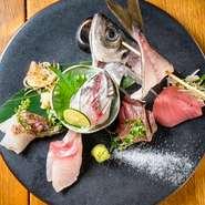 大満足の刺身盛り合せ!こだわりの旬の鮮魚を使用。季節によって内容が変わる場合がございますのでスタッフまでお尋ねください。