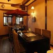 海外リゾート風のおしゃれな店内で食事とお酒を楽しむ