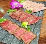 黒毛和牛の霜降りレアステーキ(タタキ)とアンガス牛のいちぼのレアステーキ(タタキ) 自家製 豚肩の炙りローストポーク(卓にてさらに炙ります)3種を盛り付けた 炙り肉の旨みの極み。2名様以上でどうぞ!