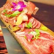 極上国産牛炙りリブロース・牛タンロースト・生ハムプロシュート・コッパ・モルタデッラ・サラミ 6種類の生肉を盛り付けた 肉好きにはたまらない極上プレート!