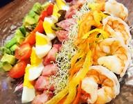 サラダ人気不動の1位。海老・アボカド・たまごがたっぷり入ったハワイのサラダ。