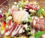 人気のシーザーサラダに、生ハムまで!やみつきサラダでおかわりしたくなる美味しさ。
