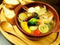 海鮮を贅沢に使用した当店1番人気の海鮮アヒージョです。