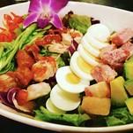 海老・アボカド・たまごが贅沢にたっぷり入った栄養満点のサラダです。濃厚な自家製ソースとの相性抜群です。