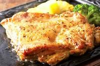 独自の調理法でぶりっぶりんの鶏ももステーキが焼き上がりました!