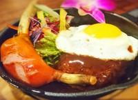 当店ご飯物で一番人気のロコモコの具+骨付きソーセージのコンビ! 山賊スキレット!
