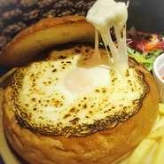 大人気のクリームチャウダに 温泉卵とモッツァレラチーズをかけて 伸び~~~~~る エグチの出来上がり! 伸び~~~~~るシリーズに新たに仲間入り!