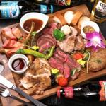 ◆人気No1のメイン料理。厳選した特選牛、豚肩ロース、チキンステーキ、ハンバーグ、骨付きソーセージが全て詰まった贅沢な肉の祭典「肉盛りプレート」ハーフ/レギュラーサイズあり、自慢の名物肉料理です。
