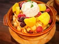 こんがり香ばしく焼いて しっとりとバニラを染み込ませたメロンパンにマンゴーやベリーをトッピングして さらにバニラアイスを乗せた至極の逸品。