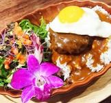 ハワイの郷土料理として有名なロコモコ! ご飯の上にハンバーグと目玉焼きを乗せ、グレイビーソースをかけたものが基本ですが 当店のソースは 赤ワイン はちみつ などを使ったオリジナルのブレンドの絶品です!