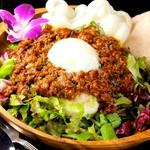 タコライスと言えばメキシコ風アメリカ料理のタコスの具材を米飯の上に乗せた沖縄県の料理で少し辛いイメージがありますが 当店は独自の配合で 辛さ控えめで甘みが強く コクのある濃いめの味に仕上がっております。