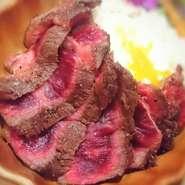 特選牛のロースを使用して ロコモコ風にアレンジした 肉バルステーキライス!ステーキの王道ロース肉は 舌の上でお肉がとろける瞬間が味わいたい人に おすすめ!