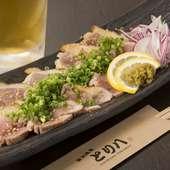九州産の地鶏を使用した『地鶏の炙り』。鮮度の良い鶏だからこそ味わえる美味しさです