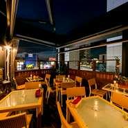 ビル7階につくられたテラス。4人掛けのテーブル席はもちろんですが、カウンター席もつくられているので、ひとりでも気軽に座ることができます。夜風に吹かれながら、ワインで乾杯。