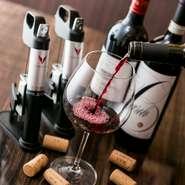 綺麗に磨き抜かれたワイングラス、それに注がれるワインはソムリエ厳選の逸品ばかり。料理人が懇意にしているソムリエに、料理に合わせながら選んでもらっています。ワインの選択に悩むときは、気軽に相談を。