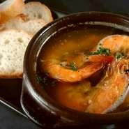 「アヒージョ」はニンニクとオリーブオイルを煮込んで調理するスペインでも有名な家庭料理です。 食材とともに添えてあるバケットにたーーっぷり浸してお召し上がりください。