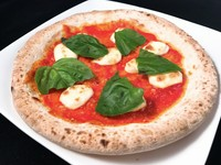 トマト、バジル、モッツァレラのピッツァ