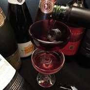 立川近辺で楽しめるのはラポールだけ!? 当店オススメのワイングラスが2段になったこぼれワインです! 赤・白の2種類からお選びください!