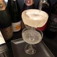 立川近辺で楽しめるのはラポールだけ!? 当店オススメのワイングラスが2段になったこぼれスパークリングワインです!