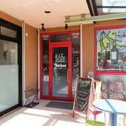 真っ赤に縁どられた、ポップなドアが目印。「フランス料理をなるべくリーズナブルに、気軽に味わってほしい」というシェフの思いから、居心地のいい【草加パリ食堂Herbes】は生まれました。