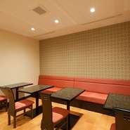 店内は中華料理店というイメージよりは、白い壁と茶色のテーブル、一部には金箔が映える壁など、清楚かつモダンでオシャレな雰囲気です。また、各テーブルにはダウンライトの明かりが届き、料理が一層映える演出も。