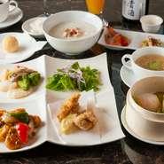 食器には、高級ホテルでも用いられるものを使用しています。店内同様、モダンな洋風の食器も取り入れ、ランチコースでは料理が映える白の食器を、ディナーなどの単品料理には、さらに上質の食器が用いられます。