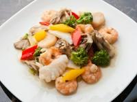 塩味で海鮮のうま味が凝縮した『エビ・イカ・ホタテの海鮮炒め』