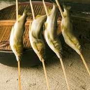 独特の香りがたまらない鮎は、囲炉裏の炭火で焼くとほっくりとした仕上がりに。立ちのぼる香りや焼ける様子に、期待感も高まります。食材が持つ旨味を引き出すので、家庭では味わえない美味しさです。
