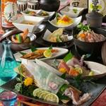 烏賊の活造りや秋刀魚の雲丹焼きなどの贅沢な海鮮コース。※写真はイメージです。