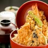 大きなぷりぷりの海老や季節の野菜など、具が盛りだくさん。食べ応え十分な『天丼』