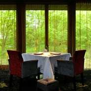 決して大きくはない店ですが、周囲の自然を借景に、ゆったり過ごしてもらうのは最高のスペースだと思います。座席同士の幅もゆとりをもたせ、時間を気にせず森の中で食事をしているような感覚になっていただければ。