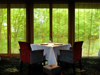 窓に面するように椅子を配置して、ゆったり景色と食事を