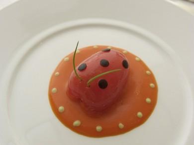 「てんとう虫のデザインのトマトのサラダ」 ※コースの一品