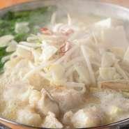 素材にこだわっているのも【エビス 東川口店】の料理の特徴。中でも、しっかりと下処理した国産牛の丸腸を使用したプリプリ食感の『もつ鍋』や千葉県産 総州古白鶏の焼鳥は、必ず食べるべき逸品です。