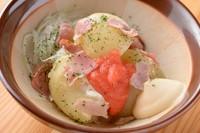 すり鉢で提供。すりこぎ棒で潰して味わう新感覚の『明太ポテトサラダ』