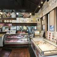店頭にはテイクアウトコーナーがあり、石垣島「ゆいまーる牧場」直送の厳選肉や加工品を自宅でも楽しむことができます。旨みがギュッと詰まったおいしいしいブランド肉は、お土産やホームパーティーに最適です。