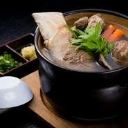 牛の骨からじっくりだしを取り、シイタケなどの新鮮野菜を合わせた和風スープです。あっさりした味わいの郷土料理は、年齢を問わず人気の一品。フーチバー(琉球ヨモギ)や生姜と一緒にいただくのがオススメです。