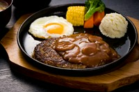 「石垣牛KINJOBEEF」を100%使用した、ふっくらジューシーなハンバーグです。一口食べれば肉汁が溢れ、自家製デミソースとの相性も抜群。ランチタイムが待ち遠しくなるおいしさです。