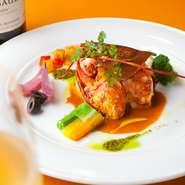活きたオマール海老をオーダーがとおってから調理するので身が❝プリプリッ❞!! これを食べたら幸せすぎて自然と笑顔になります(笑)