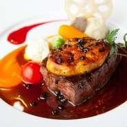 鹿児島産の和牛フィレをお好みの焼き加減で焼き上げ、フォアグラとトリュフソースで仕上げる「ロッシーニスタイル」は、フレンチの王道メニューです。付け合わせには旬野菜をたっぷりと。