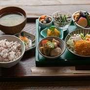 新鮮な旬の食材を使った日替わりのランチ。いろいろな料理が味わえます。