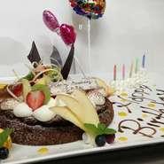 予約時又はご来店時にスタッフに申しつけ下さい。 セットケーキ、盛り合わせケーキをメッセージ付きのデコレーションに無料で変更させて頂きます。