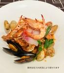蟹、海老、貝、魚などをふんだんに使った贅沢なパスタです。