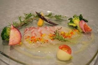 カルパッチョには、毎日築地で仕入れる新鮮な魚介類を使用