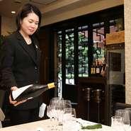 お客様の好みに合わせ、料理をさらに美味しく味わえるワインをご提案できるよう、多種多様なワインをご用意しています。また、居心地の良さを感じられる空間づくりやサービスも心掛けています。