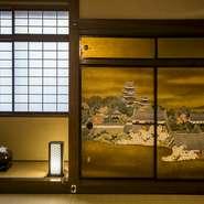 信州出身の手描き友禅の名士による国宝松本城や風神雷雷の襖絵は、見ごたえ十分。部屋の各所には屏風もあり、お祝い仕様やヒカリヤの建物を描いたものなど、松本文化、日本文化を堪能できます。
